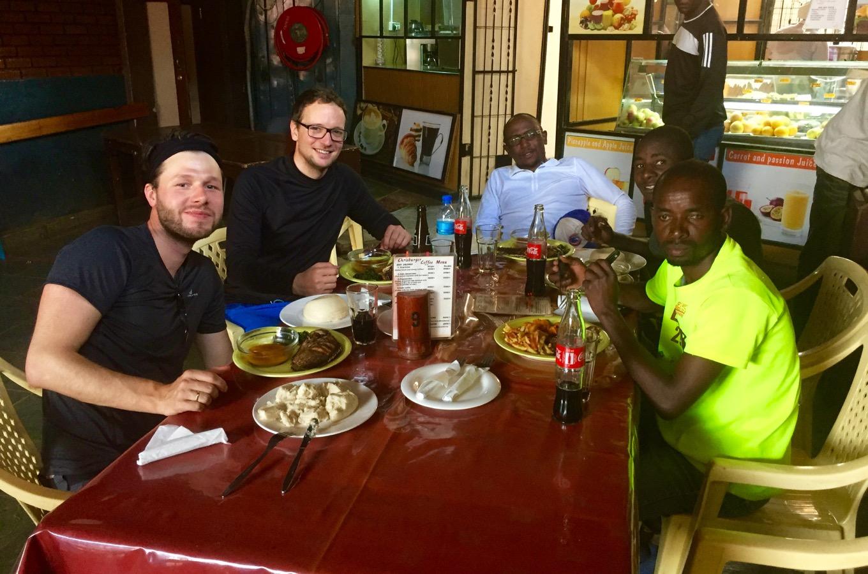 Mittagessen in Moshi mit dem Team