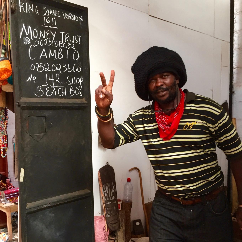 Künstler auf Künstlermarkt in Arusha