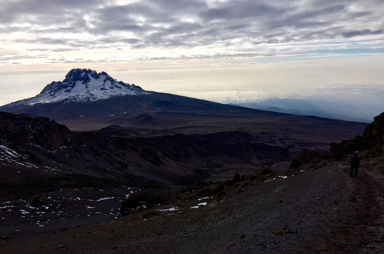 Abstieg vom Uhuru Peak mit Blick auf Berg Mawenzi