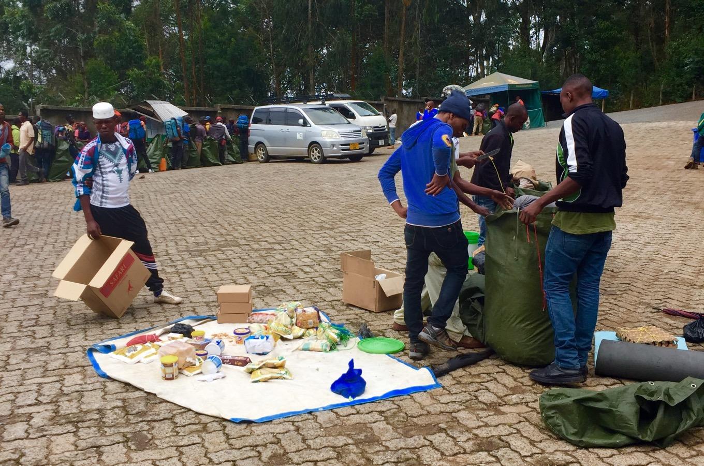 Préparation des bagages pour monter le Kilimandjaro