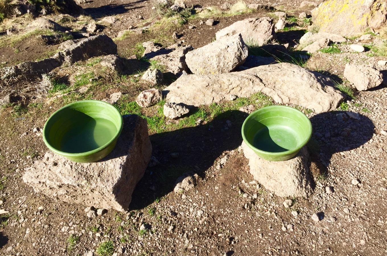 Cuvettes pour se laver pendant l'ascension du Kilimandjaro