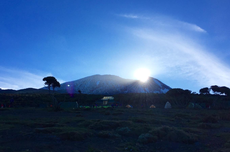 Lever de soleil depuis le Kilimandjaro avec vue sur le Kibo