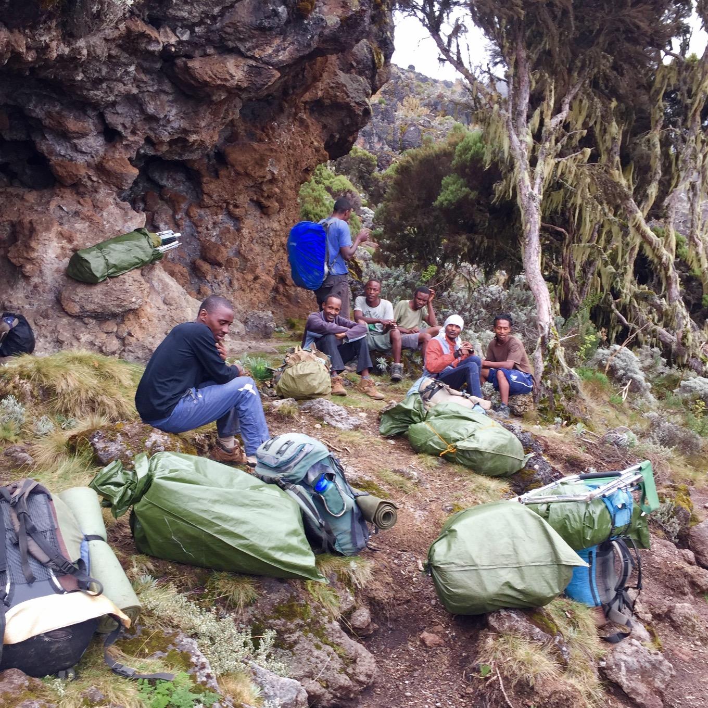 Les Porteurs, avec les bagages, font une pause pendant le trek