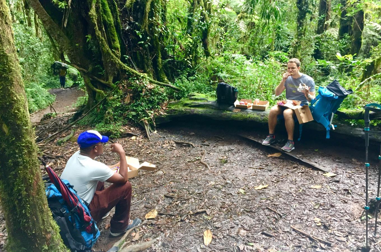 Mittagessen entlang der Machame Route