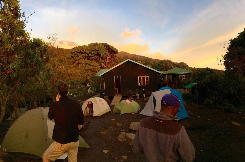 Machame Camp bei Sonnenuntergang mit Blick auf den Kibo