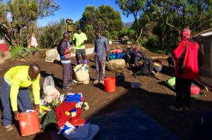 Départ d'un camp le matin et les porteurs font les valises