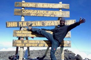 Arrivée à Uhuru Peak, le sommet du Kilimandjaro au lever de soleil