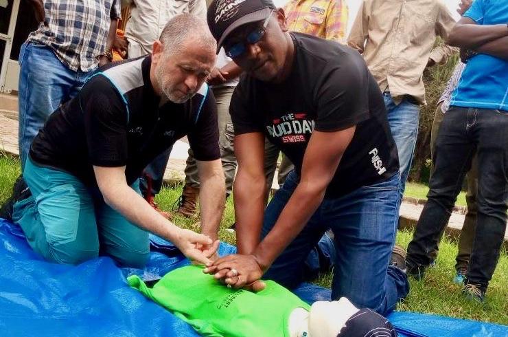 Bergführer am Kilimandscharo trainieren Erste-Hilfe