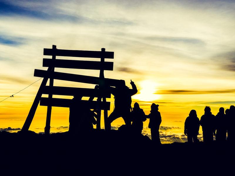 Bergsteiger am Gipfel des Kilimandscharos