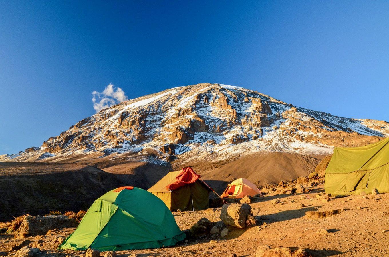 Vue du Kilimandjaro depuis un camp avec des tentes