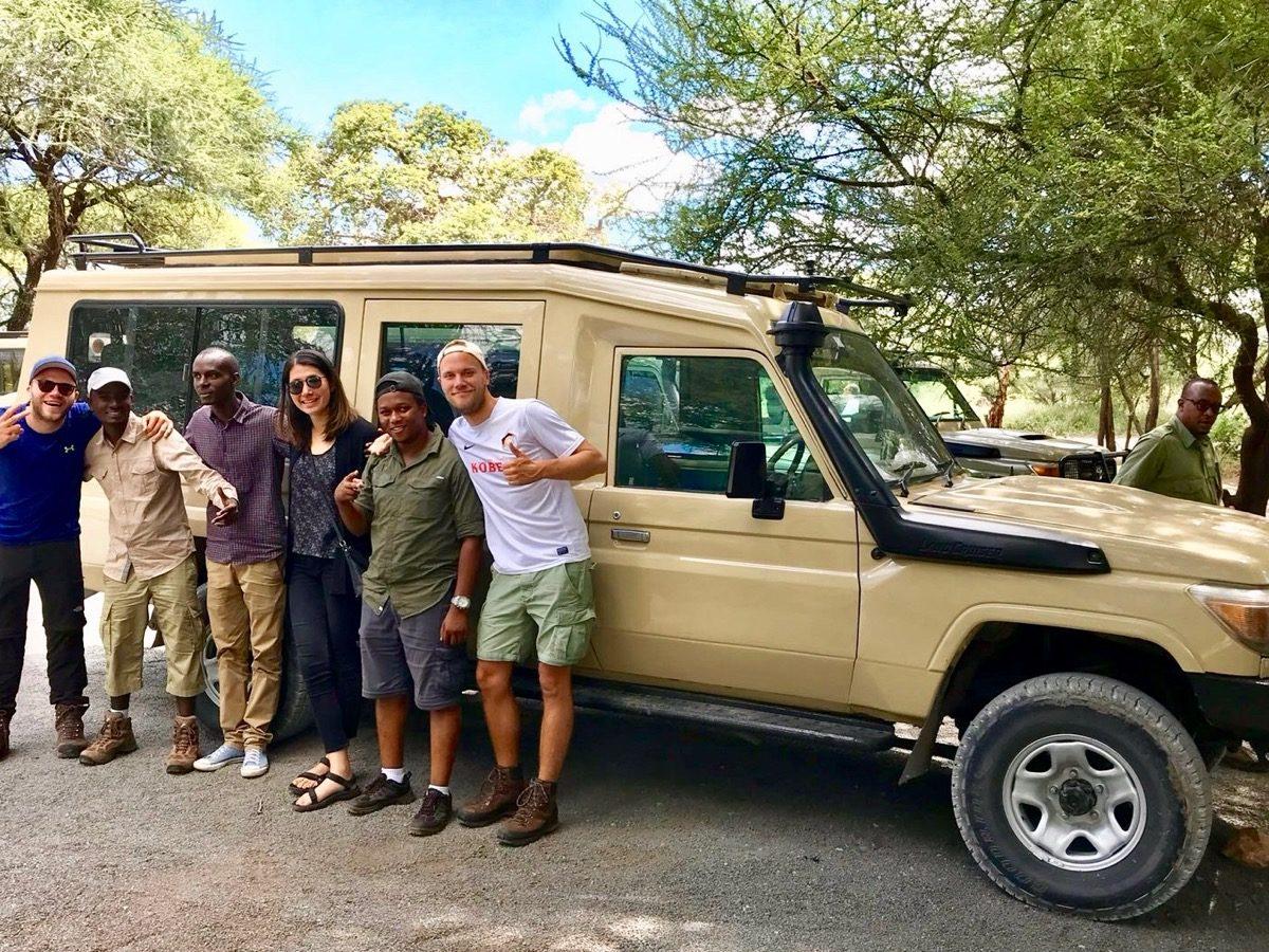Photo de groupe après un safari réussi en Tanzanie
