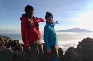 Bergsteiger auf dem Mount Meru mit Blick auf den Kilimandscharo