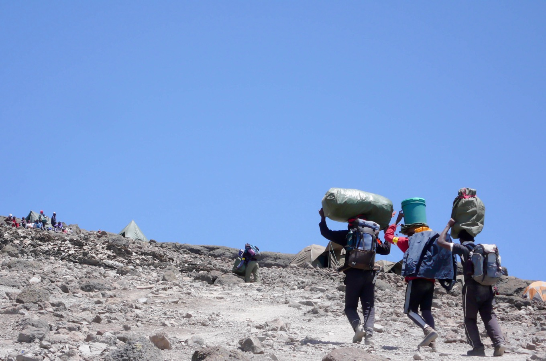 Träger auf dem Weg zum Gipfel des Kilimandscharos