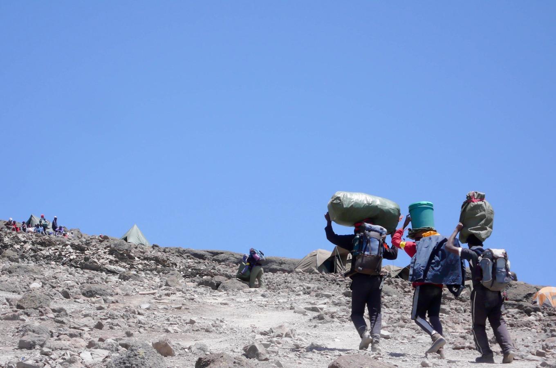 Transporteur en route vers le sommet du Kilimandjaro