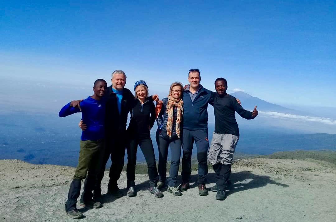 Bergsteiger auf dem Gipfel des Kilimandscharos