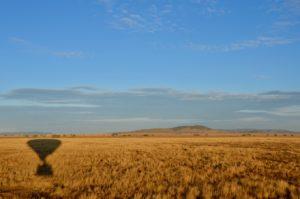 Schatten eines Heißluftballons in der Serengeti