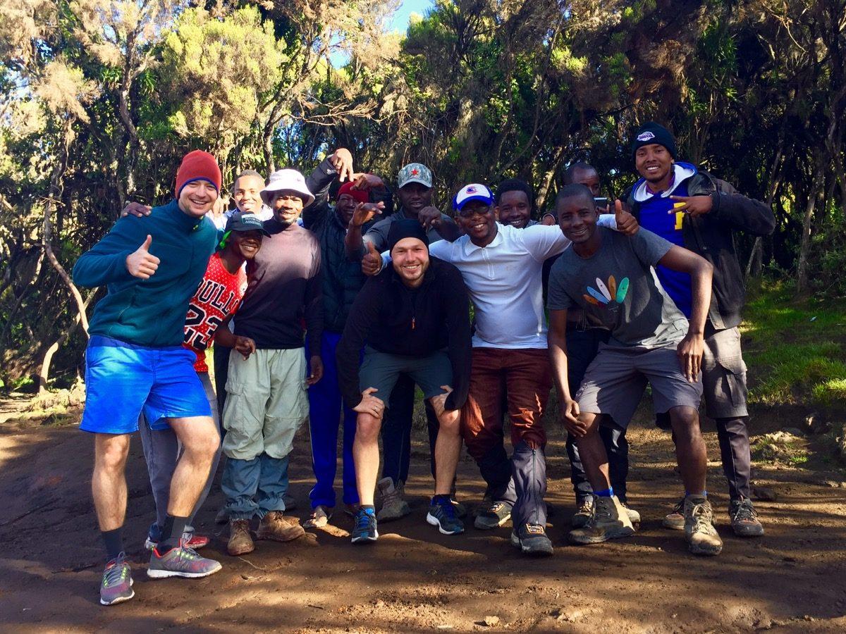 Teamfoto nach einer erfolgreichen Besteigung des Kilimandscharos