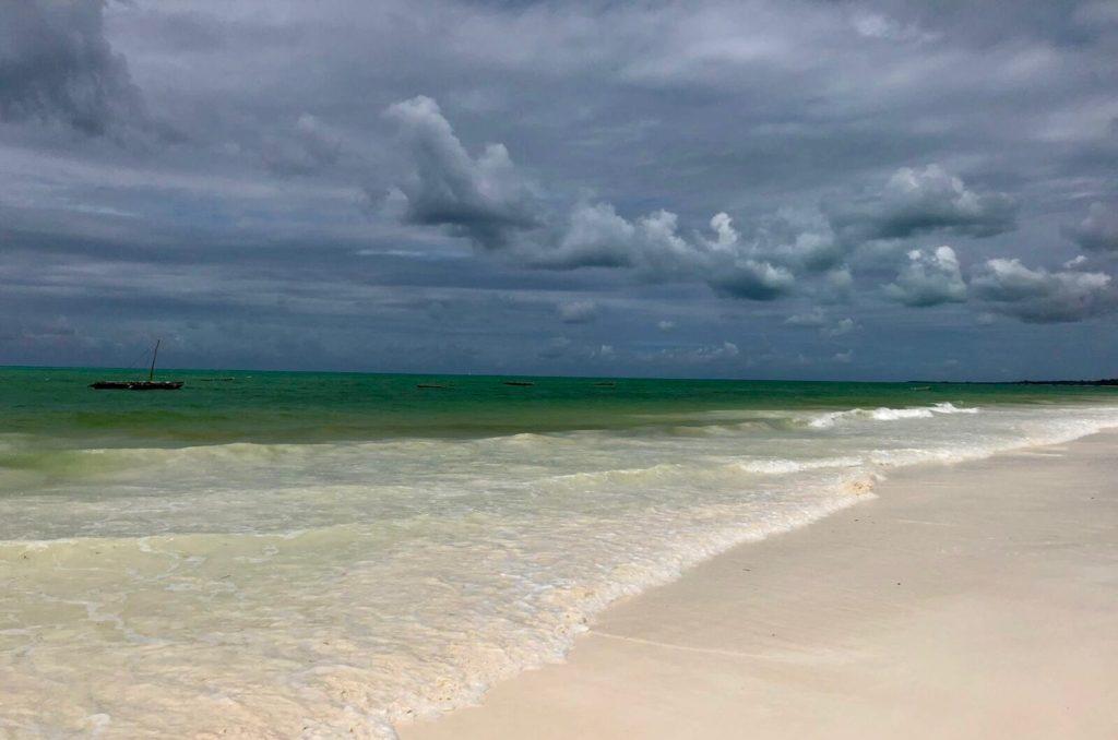 Ein Sturm zieht über dem Strand von Sansibar auf
