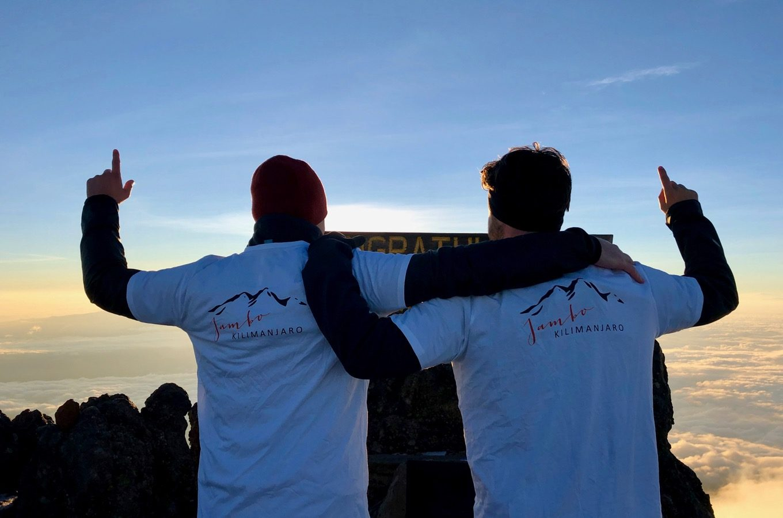 Zwei Bergsteiger auf dem Gipfel des Mount Meru