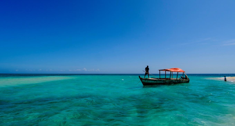 Boot im Meer vor dem Ushongo Beach in Pangani