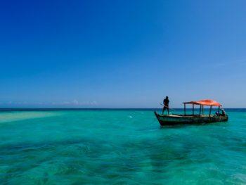 Bateau en mer devant la plage d'Ushongo à Pangani