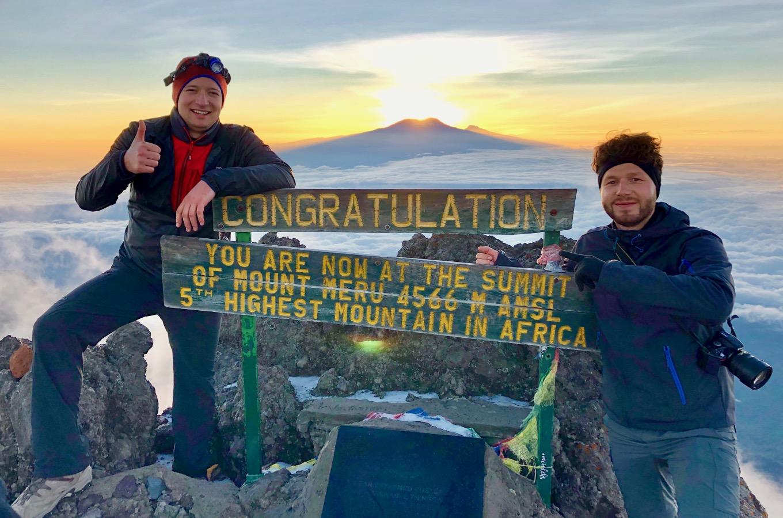 Tansania bei Sonnenaufgang mit Kilimandscharo