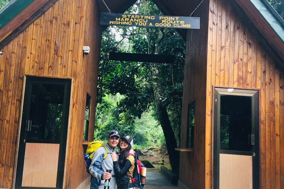Maria & Daniele vor Marangu Gate
